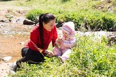 Ευτυχές κορίτσι mom και παιδιών Στοκ φωτογραφίες με δικαίωμα ελεύθερης χρήσης