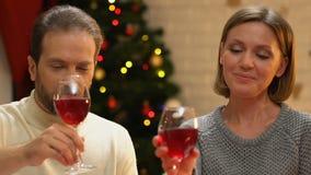 Ευτυχές κρασί κατανάλωσης ζευγών και αγκάλιασμα, ρομαντική ημερομηνία στα Χριστούγεννα, κινηματογράφηση σε πρώτο πλάνο φιλμ μικρού μήκους