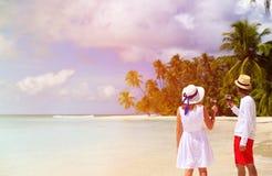 Ευτυχές κρασί κατανάλωσης ζευγών αγάπης στην παραλία στοκ εικόνα με δικαίωμα ελεύθερης χρήσης