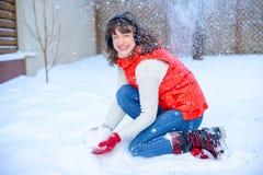 ευτυχές λευκό αγορών πώλησης κοριτσιών Χριστουγέννων ανασκόπησης Όμορφη έκπληκτη γυναίκα στα κόκκινα γάντια πυγμαχίας και το άσπρ Στοκ εικόνα με δικαίωμα ελεύθερης χρήσης