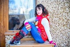 ευτυχές λευκό αγορών πώλησης κοριτσιών Χριστουγέννων ανασκόπησης Όμορφη έκπληκτη γυναίκα στα κόκκινα γάντια πυγμαχίας και το άσπρ Στοκ Φωτογραφία