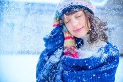 ευτυχές λευκό αγορών πώλησης κοριτσιών Χριστουγέννων ανασκόπησης Όμορφη έκπληκτη γυναίκα στα κόκκινα γάντια πυγμαχίας και το άσπρ Στοκ φωτογραφίες με δικαίωμα ελεύθερης χρήσης