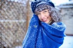 ευτυχές λευκό αγορών πώλησης κοριτσιών Χριστουγέννων ανασκόπησης Όμορφη έκπληκτη γυναίκα στα κόκκινα γάντια πυγμαχίας και το άσπρ Στοκ εικόνες με δικαίωμα ελεύθερης χρήσης