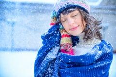 ευτυχές λευκό αγορών πώλησης κοριτσιών Χριστουγέννων ανασκόπησης Όμορφη έκπληκτη γυναίκα στα κόκκινα γάντια πυγμαχίας και το άσπρ Στοκ φωτογραφία με δικαίωμα ελεύθερης χρήσης