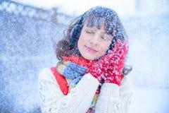 ευτυχές λευκό αγορών πώλησης κοριτσιών Χριστουγέννων ανασκόπησης Όμορφη έκπληκτη γυναίκα στα κόκκινα γάντια πυγμαχίας και το άσπρ Στοκ Εικόνες