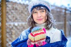 ευτυχές λευκό αγορών πώλησης κοριτσιών Χριστουγέννων ανασκόπησης Όμορφη έκπληκτη γυναίκα στα κόκκινα γάντια πυγμαχίας και το άσπρ Στοκ Φωτογραφίες