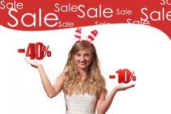 ευτυχές λευκό αγορών πώλησης κοριτσιών Χριστουγέννων ανασκόπησης Όμορφο καπέλο santa womanin Πώληση διακοπών Στοκ εικόνα με δικαίωμα ελεύθερης χρήσης