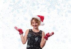 ευτυχές λευκό αγορών πώλησης κοριτσιών Χριστουγέννων ανασκόπησης Όμορφα καπέλο και γάντια santa womanin Στοκ Εικόνες