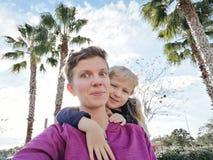 Ευτυχές λευκό καυκάσιο κορίτσι μητέρων και κορών που κάνει selfie στην τηλεφωνική κάμερα έξω στοκ φωτογραφία