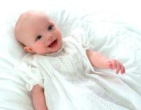 ευτυχές λευκό φορεμάτων μωρών Στοκ Φωτογραφίες