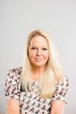 Σοβαρό γυναικών πορτρέτου πραγματικό γκρίζο backgrou καθορισμού ανθρώπων υψηλό Στοκ Φωτογραφίες