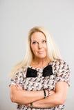 Αστείο γυναικών πορτρέτου πραγματικό γκρίζο υπόβαθρο καθορισμού ανθρώπων υψηλό Στοκ φωτογραφία με δικαίωμα ελεύθερης χρήσης