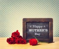 Ευτυχές μήνυμα πινάκων κιμωλίας ημέρας μητέρων στοκ φωτογραφίες