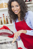 Ευτυχές μαγείρεμα γυναικών στην κουζίνα Στοκ εικόνα με δικαίωμα ελεύθερης χρήσης