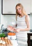 Ευτυχές μαγείρεμα εγκύων γυναικών Στοκ φωτογραφία με δικαίωμα ελεύθερης χρήσης