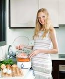 Ευτυχές μαγείρεμα εγκύων γυναικών Στοκ Φωτογραφίες