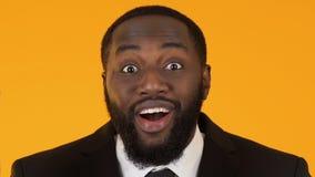 Ευτυχές μαύρο επιχειρησιακό άτομο που διεγείρεται για τη νέα επιτυχία προγράμματος, χρηματοδότηση πλήθους απόθεμα βίντεο