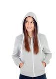 Ευτυχές με κουκούλα κορίτσι με την γκρίζα μπλούζα που εξετάζει την πλευρά Στοκ φωτογραφίες με δικαίωμα ελεύθερης χρήσης