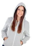 Ευτυχές με κουκούλα κορίτσι με την γκρίζα μπλούζα Στοκ Εικόνες