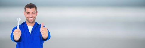 Ευτυχές μηχανικό άτομο που κρατά ένα γαλλικό κλειδί Στοκ Εικόνα
