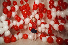 Ευτυχές μικρό κορίτσι με τα κόκκινα και άσπρα μπαλόνια στοκ φωτογραφίες με δικαίωμα ελεύθερης χρήσης