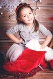 Ευτυχές μικρό κορίτσι με τη γυναικεία κάλτσα Χριστουγέννων - προετοιμασία Χριστουγέννων Στοκ εικόνες με δικαίωμα ελεύθερης χρήσης