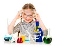 Ευτυχές μικρό κορίτσι με τις φιάλες για τη χημεία στοκ φωτογραφίες