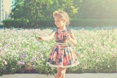 Ευτυχές μικρό κορίτσι με τις φυσαλίδες σαπουνιών Στοκ εικόνες με δικαίωμα ελεύθερης χρήσης