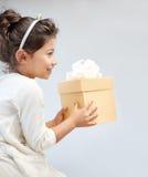 Ευτυχές μικρό κορίτσι με το κιβώτιο δώρων στο σπίτι Στοκ Εικόνες