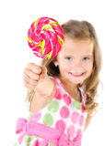 Ευτυχές μικρό κορίτσι με το πρώτο πλάνο lollipop που απομονώνεται Στοκ Φωτογραφίες
