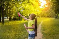 Ευτυχές μικρό κορίτσι που έχει τη διασκέδαση με τις φυσαλίδες σαπουνιών Στοκ φωτογραφίες με δικαίωμα ελεύθερης χρήσης