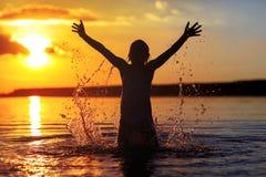 Ευτυχές μικρό κορίτσι που απολαμβάνει τις διακοπές παραλιών διακοπών Στοκ φωτογραφία με δικαίωμα ελεύθερης χρήσης