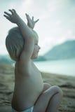 Ευτυχές μικρό κορίτσι που απολαμβάνει τον ωκεανό Στοκ Φωτογραφίες