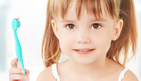 Ευτυχές μικρό κορίτσι που βουρτσίζει τα δόντια της Στοκ Φωτογραφία