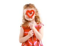 Ευτυχές μικρό κορίτσι που κοιτάζει μέσω της καρδιάς στοκ εικόνα με δικαίωμα ελεύθερης χρήσης