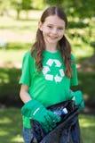 Ευτυχές μικρό κορίτσι που συλλέγει τα σκουπίδια στοκ εικόνες