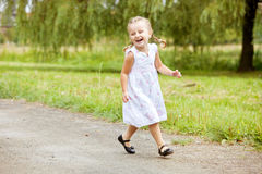 Ευτυχές μικρό κορίτσι που τρέχει στο δρόμο Στοκ εικόνες με δικαίωμα ελεύθερης χρήσης