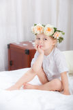 Ευτυχές μικρό κορίτσι σε ένα κρεβάτι Στοκ φωτογραφία με δικαίωμα ελεύθερης χρήσης