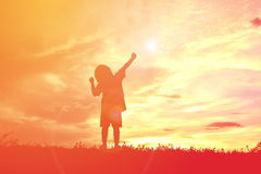 Ευτυχές μικρό κορίτσι σκιαγραφιών Στοκ φωτογραφία με δικαίωμα ελεύθερης χρήσης