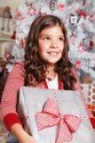 Ευτυχές μικρό κορίτσι στα Χριστούγεννα Στοκ Εικόνες