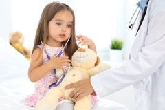 Ευτυχές μικρό κορίτσι στο διαγωνισμό υγείας στο γραφείο γιατρών Ιατρική και έννοια υγειονομικής περίθαλψης Στοκ Εικόνες