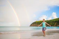 Ευτυχές μικρό κορίτσι backgound το όμορφο ουράνιο τόξο πέρα από τη θάλασσα Όμορφο ουράνιο τόξο στην καραϊβική παραλία Στοκ εικόνες με δικαίωμα ελεύθερης χρήσης