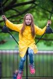 Ευτυχές μικρό κορίτσι playng στην υπαίθρια παιδική χαρά Στοκ φωτογραφία με δικαίωμα ελεύθερης χρήσης