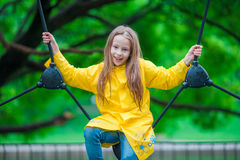 Ευτυχές μικρό κορίτσι playng στην υπαίθρια παιδική χαρά Στοκ Φωτογραφίες