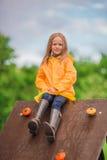 Ευτυχές μικρό κορίτσι playng στην υπαίθρια παιδική χαρά Στοκ Εικόνα