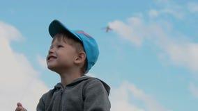 Ευτυχές μικρό παιδί ενάντια στον ουρανό φιλμ μικρού μήκους