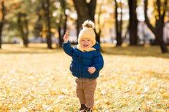 Ευτυχές μικρό παιδί στον ήλιο το φθινόπωρο στοκ εικόνες