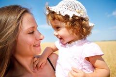 ευτυχές μικρό παιδί mom κορι&t