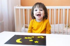 Ευτυχές μικρό παιδί με το applique Στοκ εικόνα με δικαίωμα ελεύθερης χρήσης