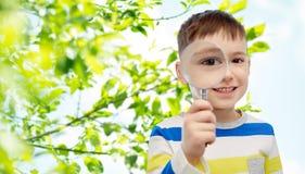 Ευτυχές μικρό παιδί που κοιτάζει μέσω της ενίσχυσης - γυαλί στοκ εικόνες με δικαίωμα ελεύθερης χρήσης